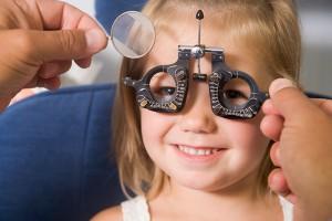 Untersuchung-Augenarzt-Kind_klein