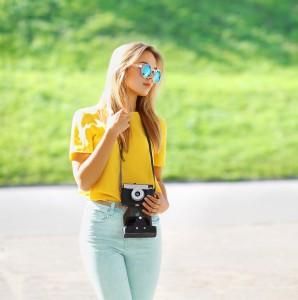 verpiegelte Sonnenbrillen - Frau mit Fernrohr
