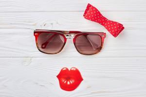 Rote Sonnenbrille mit Kussmund